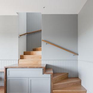 Aménagement d'un escalier classique avec des marches en bois, des contremarches en bois et boiseries.