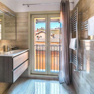 Idee per una stanza da bagno con doccia minimal con ante lisce, ante in legno scuro, piastrelle marroni, pareti marroni, lavabo a consolle e pavimento marrone