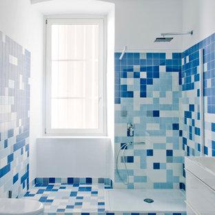 Foto di una stanza da bagno con doccia contemporanea di medie dimensioni con piastrelle bianche, piastrelle blu, piastrelle in ceramica, doccia aperta, ante lisce, doccia ad angolo, WC a due pezzi, pareti multicolore, pavimento con piastrelle a mosaico, lavabo da incasso e pavimento multicolore