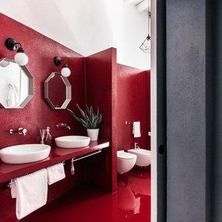 Großes Modernes Badezimmer mit Wandtoilette und roter Wandfarbe in Cagliari