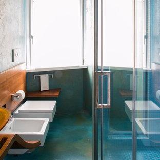 ローマの中くらいのコンテンポラリースタイルのおしゃれなバスルーム (浴槽なし) (フラットパネル扉のキャビネット、白いキャビネット、アルコーブ型シャワー、分離型トイレ、青いタイル、モザイクタイル、青い壁、クッションフロア、ベッセル式洗面器、木製洗面台、ターコイズの床、引戸のシャワー) の写真