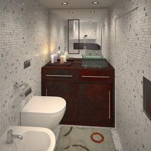 Свежая идея для дизайна: маленькая ванная комната в современном стиле с плоскими фасадами, искусственно-состаренными фасадами, раздельным унитазом, белой плиткой, плиткой мозаикой, белыми стенами, полом из керамической плитки, душевой кабиной, настольной раковиной, столешницей из меди и белым полом - отличное фото интерьера