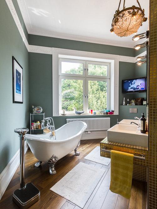Mittelgroße Klassische Badezimmer Mit Aufsatzwaschbecken,  Löwenfuß Badewanne, Grüner Wandfarbe, Dunklem Holzboden,
