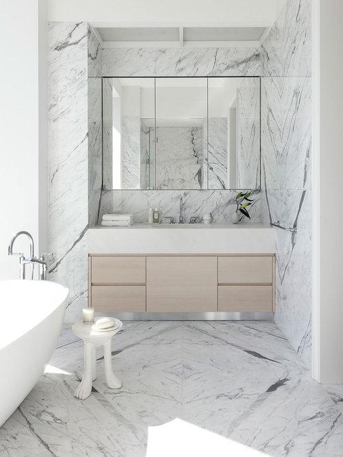 Bagno contemporaneo con piastrelle in pietra foto idee for Piastrelle bianche marmo