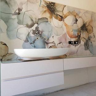 Свежая идея для дизайна: большая ванная комната в современном стиле с фасадами с декоративным кантом, красными фасадами, разноцветной плиткой, керамической плиткой, разноцветными стенами, полом из керамической плитки, стеклянной столешницей, белым полом и розовой столешницей - отличное фото интерьера
