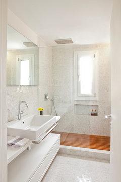 Suggerimento bagno stretto e cucinino - Finestra nella doccia ...
