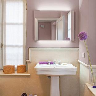 Klassisches Badezimmer mit lila Wandfarbe, Sockelwaschbecken und braunem Holzboden in Mailand