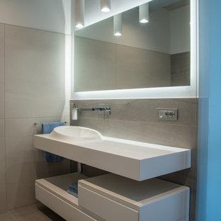 Idee per una stanza da bagno con doccia contemporanea di medie dimensioni con nessun'anta, ante bianche, piastrelle grigie, piastrelle in gres porcellanato, pareti bianche, pavimento in gres porcellanato, lavabo integrato, pavimento grigio e top bianco