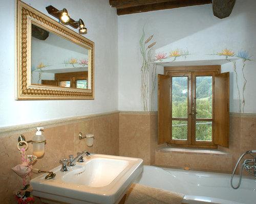 Stanza da bagno in campagna con piastrelle rosa foto for Piastrelle bianche marmo