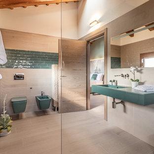 Идея дизайна: главная ванная комната в современном стиле с открытыми фасадами, душем без бортиков, биде, бежевой плиткой, зеленой плиткой, белыми стенами, подвесной раковиной, бежевым полом, открытым душем и зеленой столешницей
