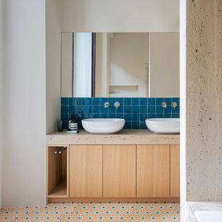 Idee per una stanza da bagno contemporanea con ante lisce, ante in legno chiaro, piastrelle blu, pareti bianche, parquet scuro, lavabo a bacinella, pavimento multicolore, top beige, due lavabi e mobile bagno incassato