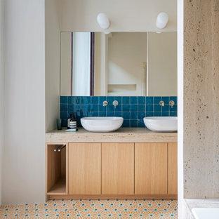 Esempio di una grande stanza da bagno con doccia minimal con ante lisce, ante in legno chiaro, vasca da incasso, piastrelle beige, pareti beige, lavabo a bacinella, pavimento multicolore, top grigio e mobile bagno incassato