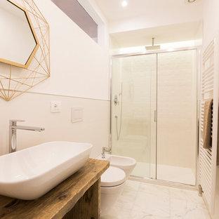 На фото: со средним бюджетом ванные комнаты среднего размера в средиземноморском стиле с открытыми фасадами, белой плиткой, белыми стенами, белым полом, душем с раздвижными дверями, керамической плиткой, мраморным полом, душевой кабиной, настольной раковиной, столешницей из дерева, фасадами цвета дерева среднего тона, душем в нише, инсталляцией и коричневой столешницей