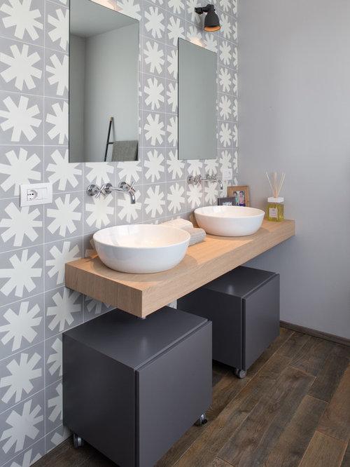 Foto e idee per stanze da bagno stanza da bagno con top in legno - Piastrelle grigie bagno ...