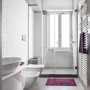 Immagine di una stanza da bagno con doccia industriale di medie dimensioni con ante lisce, ante bianche, doccia alcova, WC sospeso, piastrelle bianche, piastrelle diamantate, pareti grigie, pavimento in cemento, lavabo a bacinella e porta doccia a battente
