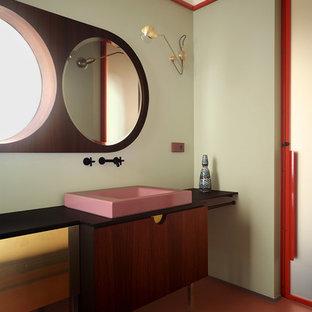 Ejemplo de cuarto de baño contemporáneo con armarios con paneles lisos, puertas de armario marrones, baldosas y/o azulejos verdes, paredes verdes, lavabo sobreencimera y suelo naranja