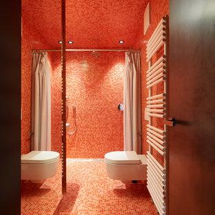 Esempio di una stanza da bagno con doccia minimal con doccia a filo pavimento, WC sospeso, piastrelle rosse, piastrelle a mosaico, pareti rosse, pavimento con piastrelle a mosaico, pavimento rosso e doccia con tenda