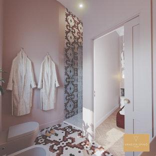 Imagen de cuarto de baño con ducha y papel pintado, minimalista, grande, papel pintado, con puertas de armario beige, ducha a ras de suelo, sanitario de pared, baldosas y/o azulejos rosa, baldosas y/o azulejos de cerámica, paredes rosas, suelo con mosaicos de baldosas, lavabo integrado, encimera de acrílico, suelo rosa, ducha con puerta con bisagras, encimeras beige y papel pintado