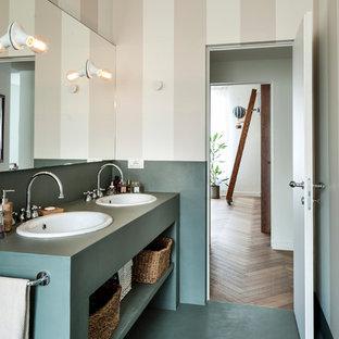 Foto på ett funkis grön badrum, med öppna hyllor, gröna skåp, grönt golv, beige väggar och ett nedsänkt handfat