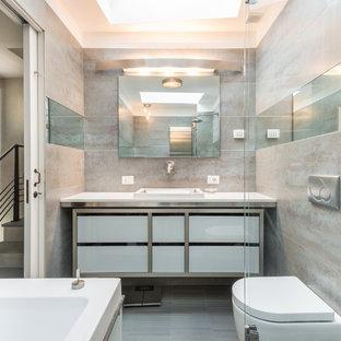 Ispirazione per una stanza da bagno padronale design di medie dimensioni con ante lisce, ante bianche, piastrelle beige, lastra di pietra e lavabo integrato