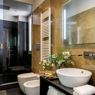 Idee per una piccola stanza da bagno con doccia contemporanea con nessun'anta, doccia aperta, WC a due pezzi, piastrelle di marmo, pareti gialle, lavabo a bacinella, top in vetro, pavimento nero e porta doccia scorrevole
