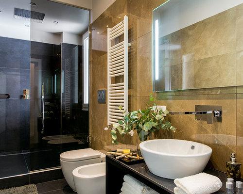 Bagno con piastrelle di marmo e pareti gialle foto idee