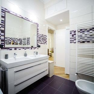Ejemplo de cuarto de baño actual, de tamaño medio, con suelo violeta