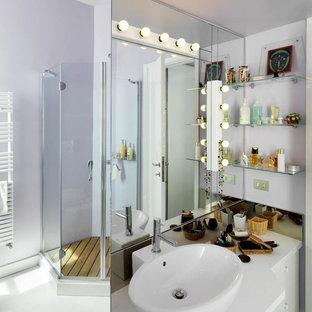 Modelo de cuarto de baño con ducha, contemporáneo, con puertas de armario de madera clara, ducha esquinera, sanitario de dos piezas, paredes púrpuras, suelo de madera clara, lavabo sobreencimera, encimera de madera, suelo blanco y ducha con puerta con bisagras