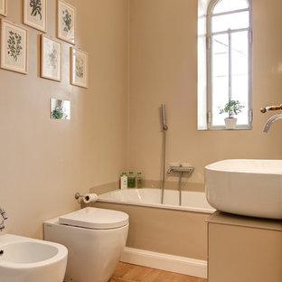 Неиссякаемый источник вдохновения для домашнего уюта: главная ванная комната среднего размера в современном стиле с плоскими фасадами, бежевыми фасадами, ванной в нише, бежевыми стенами, настольной раковиной, стеклянной столешницей, бежевой столешницей, душем над ванной, биде, паркетным полом среднего тона, коричневым полом и открытым душем