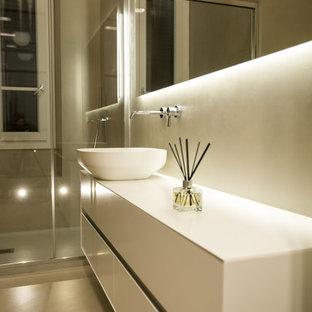 Ispirazione per una stanza da bagno minimal con ante lisce, ante bianche, doccia ad angolo, pareti bianche, lavabo a bacinella, pavimento grigio e top bianco