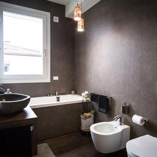 Idéer för ett mellanstort modernt en-suite badrum, med ett platsbyggt badkar, en bidé, bruna väggar, mörkt trägolv och ett fristående handfat