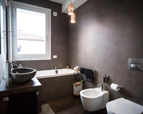 Bagno di medie dimensioni con pareti marroni - Foto, Idee, Arredamento