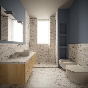 Idée de décoration pour une petit salle d'eau design avec un placard en trompe-l'oeil, des portes de placard en bois clair, une douche à l'italienne, un WC suspendu, un carrelage noir et blanc, des carreaux de porcelaine, un mur bleu, un sol en carrelage de porcelaine, une vasque, un plan de toilette en verre, un sol blanc, aucune cabine et un plan de toilette turquoise.