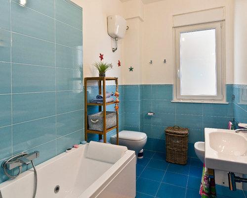 Bagno con piastrelle blu foto idee arredamento for Piastrelle linoleum bagno