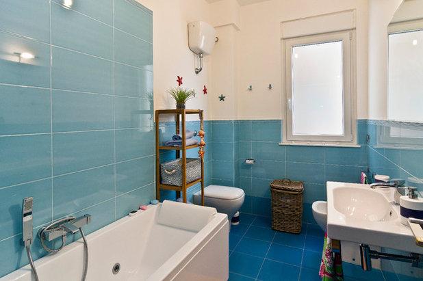 Good Beach Style Bathroom by Simone Perra
