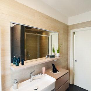 Immagine di una stanza da bagno con doccia contemporanea di medie dimensioni con ante lisce, ante beige, doccia ad angolo, WC sospeso, piastrelle beige, piastrelle in gres porcellanato, pareti bianche, pavimento in gres porcellanato, lavabo da incasso, pavimento grigio e porta doccia scorrevole