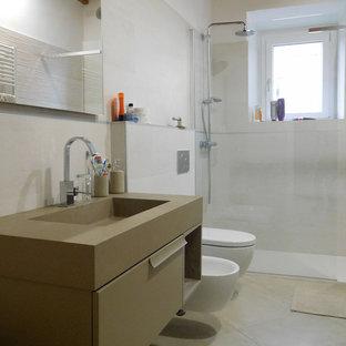 Foto di una stanza da bagno contemporanea con ante lisce, ante marroni, doccia a filo pavimento, bidè, piastrelle beige, pareti bianche, lavabo a consolle, pavimento beige, doccia aperta e top marrone