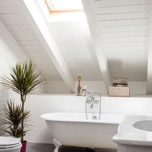 Immagine di una stanza da bagno padronale design di medie dimensioni con vasca con piedi a zampa di leone, WC a due pezzi, piastrelle bianche, pareti bianche, lavabo a consolle, ante bianche, vasca/doccia e piastrelle diamantate