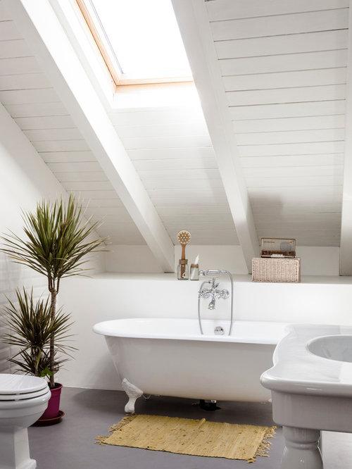 immagine di una stanza da bagno padronale design di medie dimensioni con vasca con piedi a