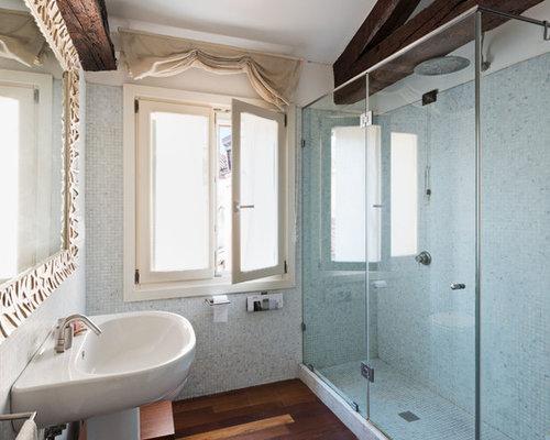 Stanza da bagno mediterranea con piastrelle a mosaico foto idee