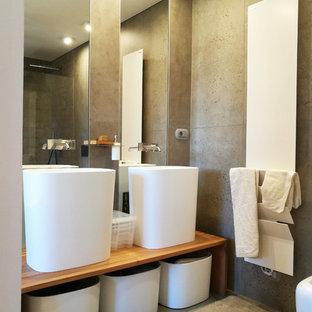Ispirazione per una stanza da bagno design di medie dimensioni con pareti grigie, lavabo a bacinella, top in legno e pavimento grigio