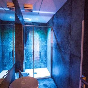 Esempio di una stanza da bagno con doccia industriale di medie dimensioni con WC a due pezzi, piastrelle verdi, piastrelle in ceramica, pareti verdi, pavimento con piastrelle in ceramica, lavabo a bacinella, top in acciaio inossidabile, pavimento verde e porta doccia a battente