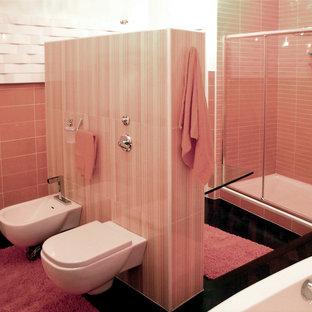 Idee per una stanza da bagno padronale classica di medie dimensioni con parquet scuro, lavabo integrato, top in vetro, ante di vetro, zona vasca/doccia separata, WC a due pezzi, piastrelle multicolore, pareti arancioni e porta doccia a battente