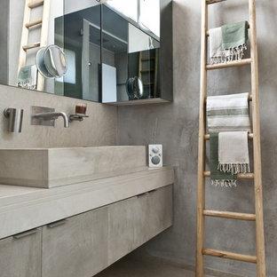 Immagine di una stanza da bagno design con pareti grigie, ante lisce e ante grigie