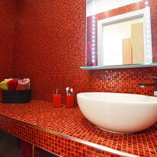 Esempio di una stanza da bagno con doccia design di medie dimensioni con doccia ad angolo, WC sospeso, piastrelle rosse, piastrelle di vetro, pareti rosse, pavimento in gres porcellanato, lavabo a bacinella e pavimento rosso