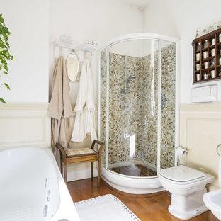 Ispirazione per una stanza da bagno classica con doccia ad angolo, WC monopezzo, pareti beige e lavabo a consolle