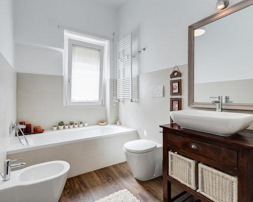 Stanza da bagno con parquet scuro roma foto idee arredamento