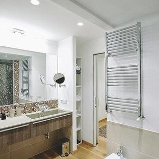 Foto di una grande stanza da bagno contemporanea con ante lisce, ante in legno scuro, piastrelle beige, piastrelle bianche, piastrelle marroni, piastrelle a mosaico, pareti bianche, parquet chiaro e lavabo integrato