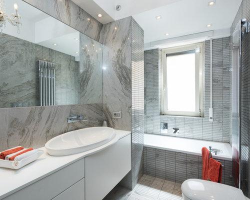 Stanza da bagno con piastrelle grigie foto idee arredamento - Piastrelle grigie bagno ...