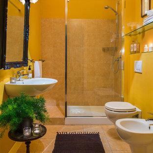 Foto di una piccola stanza da bagno con doccia tradizionale con doccia aperta, WC a due pezzi, piastrelle beige, piastrelle in terracotta, pareti gialle, pavimento in terracotta, lavabo sospeso, pavimento arancione e doccia aperta